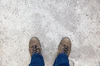 Weg oder Straße unter Schuhen als Hintergrund