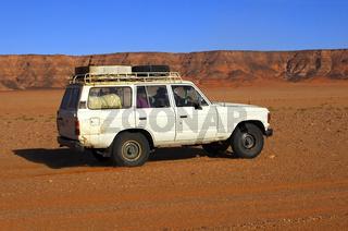 Jeep in einer Wüstenlandschaft, Sahara