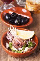spanische Oktopus Tapa mit Oliven