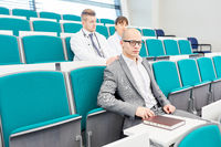 Mann als Medizin Student im Hörsaal der Uni