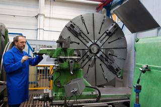 Älterer Arbeiter der Metallindustrie an CNC Fräsmaschine.