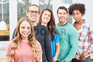 Junge Studenten bilden ein Start-Up Team