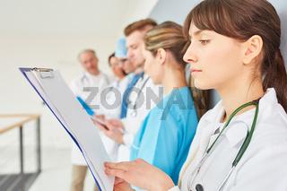 Junge Frau als Ärztin in der Ausbildung