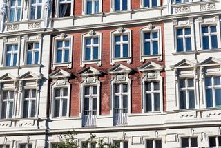 Fassade eines alten renovierten Wohngebäudes in Berlin