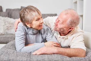 Senioren Paar schaut sich in die Augen