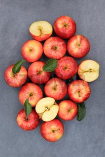 Äpfel Apfel rot Obst Schiefertafel hochkant Frucht Früchte von oben