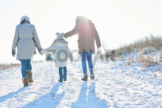 Familie macht einen Winter Spaziergang