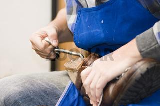 Arbeitender Schuhmacher working shoemaker