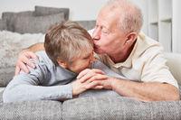 Senioren küssen sich zärtlich
