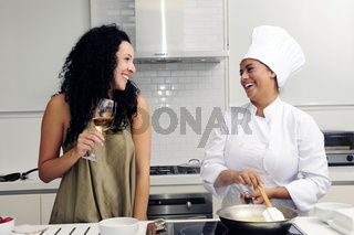 Kochkurs: Frau und Köchin kochen in der Küche