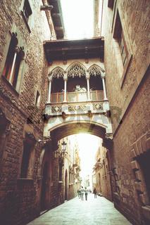 Weg ins Licht - mitten in der Stadt. Eine Gasse in Barcelona.