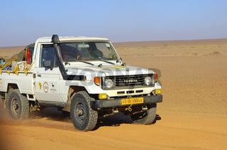 Jeep fährt durch eine Wüstenlandschaft