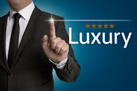 Luxury Touchscreen wird von Geschäftsmann bedient Konzept