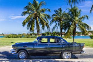 Schwarzer amerikanischer Oldtimer parkt unter blauem Himmel nahe des Strandes in Varadero Kuba