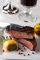 Steak mit Speckbohnen auf einem Teller