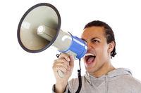 Junger afrikanischer Mann schreit laut in Megafon