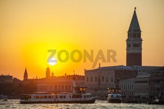 Venedig bei Sonnenuntergang mit Campanile und Dogenpalast