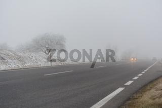 Strassenverkehr im Nebel und rutschiger Fahrbahn