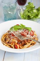 Spaghetti mit Salat und Rotwein