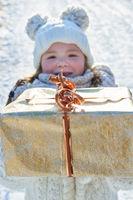 Kind mit Weihnachtsgeschenk als Überraschung