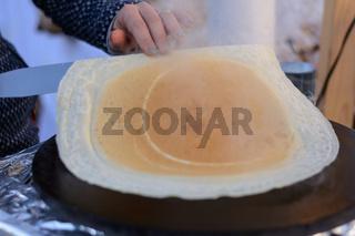 Pfannkuchen wird frisch zubereitet  - Nahaufnahme