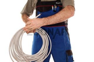 Elektroarbeiter mit Kabel in der Hand