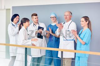 Ärzteteam spendet einer Kollegin Applaus