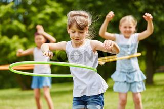 Kinder trainieren Geschicklichkeit