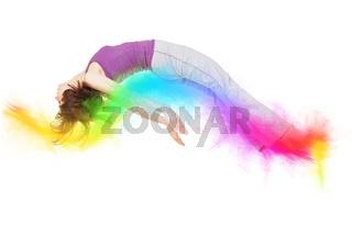 Junge Frau fliegt auf bunten Farben