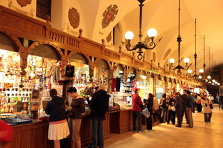 Der Markt in der Tuchhalle aif dem Rynek Glowny Platz in der Altstadt von Krakau im sueden von Polen.