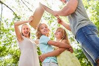Eltern halten schützendes Dach über Kinder