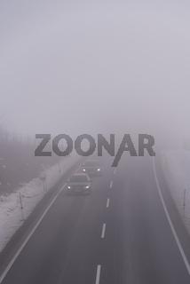 Schlechte Sichtverhältnisse bei starkem Nebel auf einer Landstrasse
