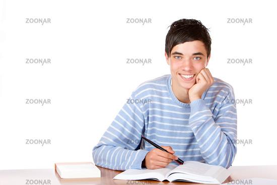Junger attraktiver Student lernt am Tisch auf Prüfung