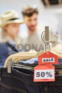 Preisschild mit 50% Rabatt im Mode Discount