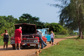 Reparatur roter Ford Mustang Oldtimer am Strassenrand Santa Clara Kuba - Serie Cuba 2016 Reportage