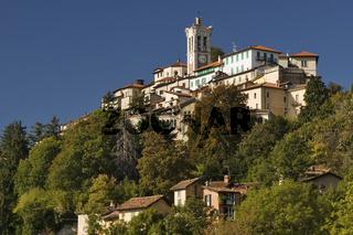 Der Wallfahrtsort Santa Maria del Monte mit der gleichnamigen Kirche auf dem heiligen Berg (Sacro Monte) von Varese