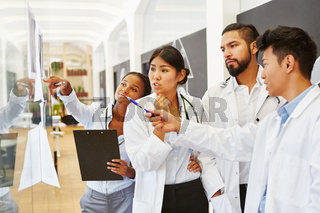 Ärzteteam diskutiert Röntgenbilder in Radiologie