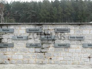 Mauer mit den Namen der Aussenlager in Gross-Rosen