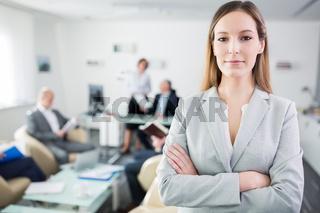 Selbstbewusste Business Frau mit verschränkten Armen
