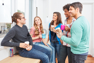 Studenten in der Kaffeepause beim Smalltalk