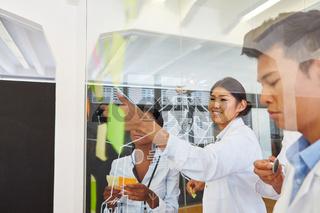 Ärzte in einem kreativen Workshop