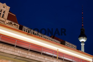 S-Bahn vor Berliner Fernsehturm