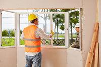 Monteure von Glaserei beim Fenster Einbau