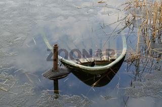 versunkenes Ruderboot in einem See