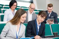 Junge Geschäftsfrauen im Assessment Center