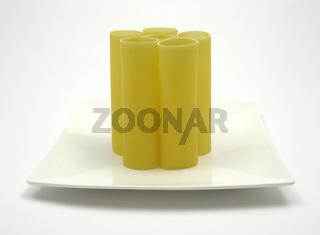 Mehrere Cannelloni auf einem Teller stehend