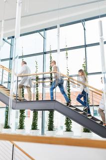 Krankenhaus Ärzte unterwegs im Treppenhaus
