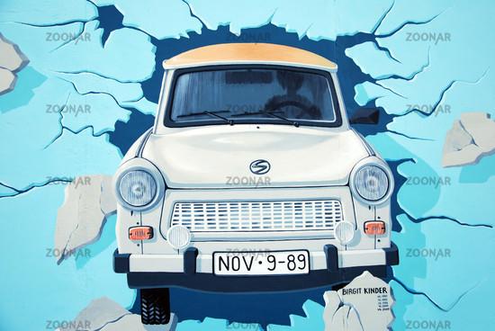 berlin east side gallery trabant