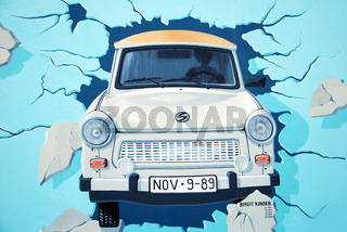 berlin east side gallery trabant
