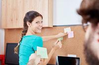 Junge Geschäftsleute sammeln Ideen